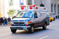 アメリカ合衆国 ニューヨークの街を走る救急車