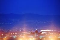伊丹空港の夜景 離陸する飛行機 ANA