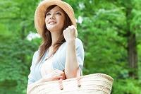 かごバッグを持つ日本人女性
