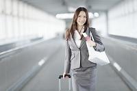 パスポートを持って通路を歩くビジネスウーマン