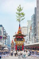 京都府 祇園祭の山鉾巡行 岩戸山と船鉾