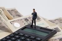 札束と計算機とビジネスマン