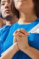 祈っているサポーターの手