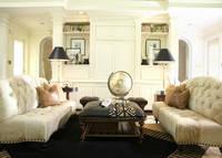 アイボリーの家具で揃えられた部屋