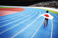 国旗を持つ短距離走選手