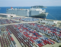 神奈川県・横須賀市 輸出車と運搬船