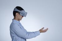 VRゴーグルを付けた日本人男性