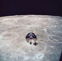月面上の軌道にある衛星