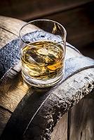 樽の上に置かれたウィスキーのグラス