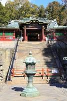 静岡県 久能山東照宮 唐門と葵紋入り銅灯籠
