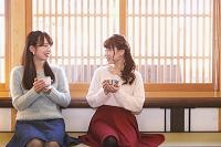和カフェでくつろぐ日本人女性