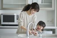 キッチンにいる日本人親子