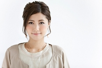 ほほえむ日本人女性