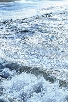 冬に吹く南西の強風「いなさ」で大荒れの渚