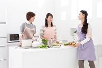 料理している中高年日本人女性