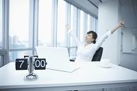 デスクワークするビジネス女性