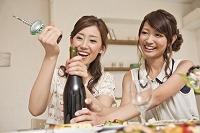 ワインの栓を開ける女性