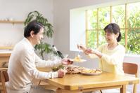 休日にシャンパンを飲み昼食する中高年夫婦