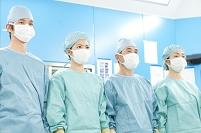 手術着を着た医師と看護師