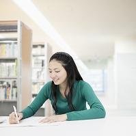 机で勉強する大学生
