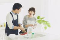 家事をする日本人夫婦