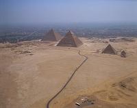 エジプト・ギザ 三大ピラミッド(右より:メンカウラー・カフラ...