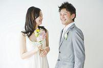 向かい合い談笑する花嫁と花婿