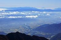 長野県 爺ケ岳から八ケ岳中央奥と富士山その右遠望