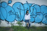 落書きされた壁と女子高生
