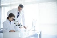 実験結果を検証する研究員