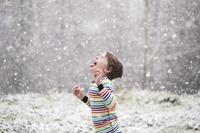 雪を食べる男の子