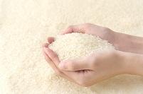 お米を持つ女性