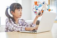 プログラミングを習う日本人の女の子