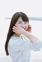 はにかむ若い日本人女性