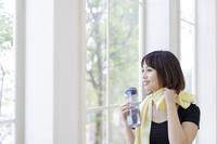 タンブラーを持つ日本人女性