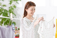 洗濯物を干す日本人女性
