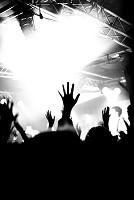 コンサートで手を挙げる観客