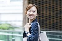 振り向く日本人ビジネスウーマン