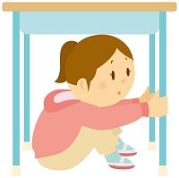 机の下に隠れる女の子