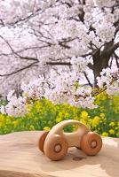 木の車と桜