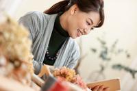 iPadを持つ日本人女性