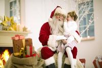 サンタクロースに抱き上げられる