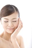 頬に手をあてる日本人女性の顔