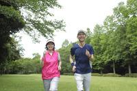 ランニングを楽しむ日本人シニア夫婦