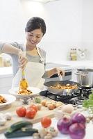 パスタを作る日本人女性