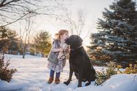 ペットにキスする子供