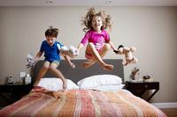 ベッドルームで遊ぶ兄弟
