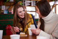 カフェで会話する若い女性
