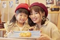 ベーカリーでパンを選ぶ日本人親子