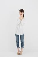 拍手する日本人女性